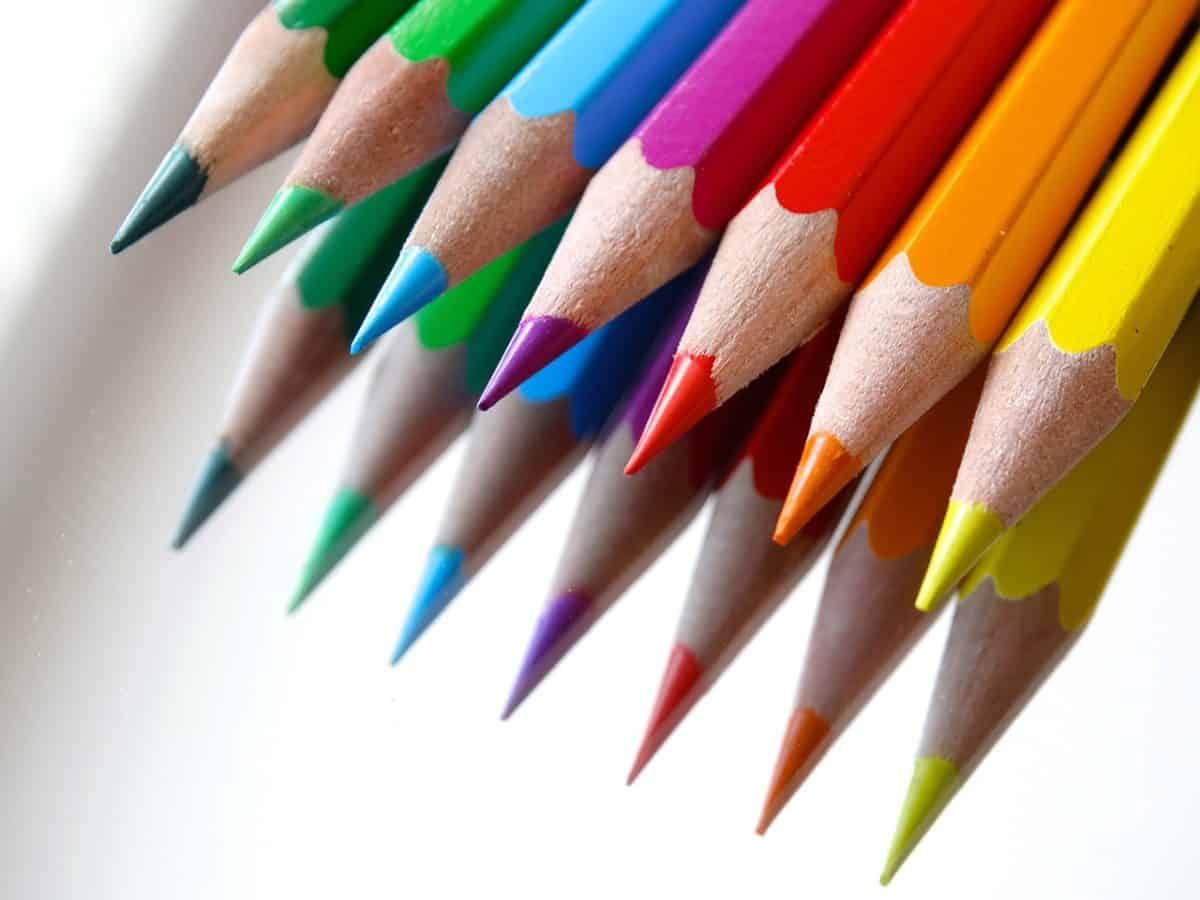VIDEÓ: Fogott egy marék színes ceruzát és szenzációs dolgot művelt velük
