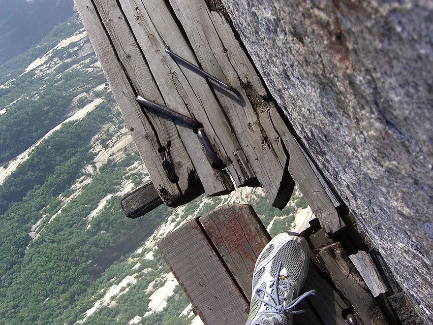 Egy hihetetlenül veszélyes túraútvonal – Megborzongsz, ha megnézed a videót a szédítő magasságban található ösvényekről