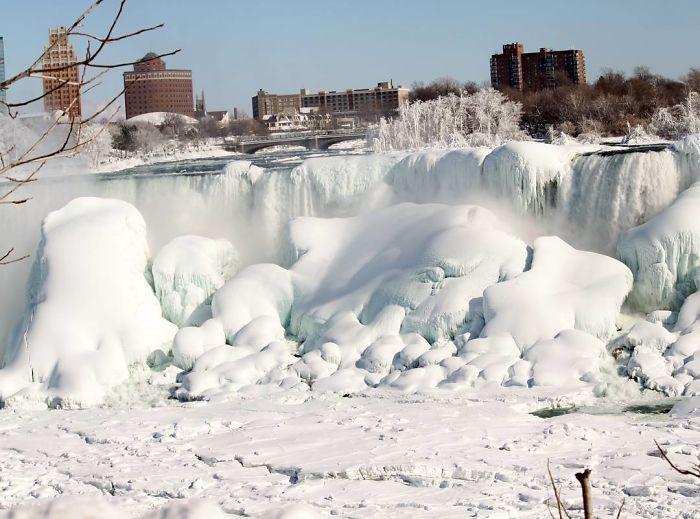 Csodálatos látványt nyújt a fagyott Niagara-vízesés